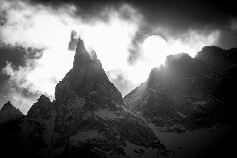 Aiguille de la Tsa - image d un paysage de montagne en noir et blanc sous les rayons du soleil avant une tempête de neige