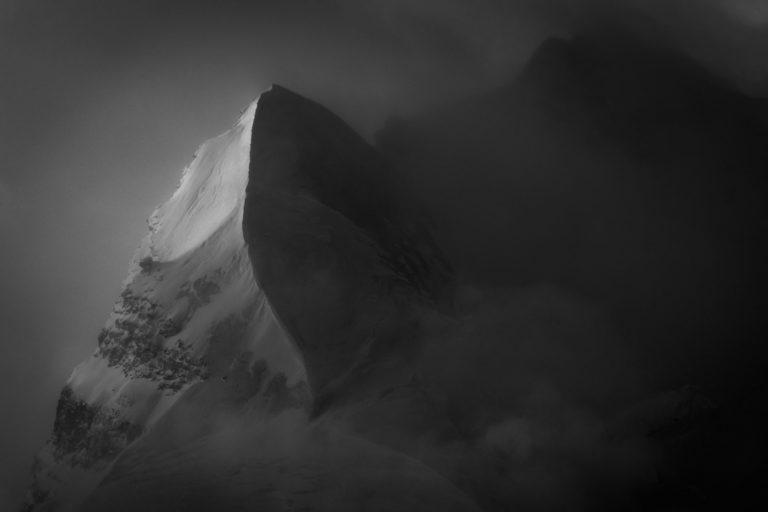Sommet enneigé dans une mer de nuage - neige et soleil massif montagneux en noir et blanc - Aiguille du Croissant - Grand Combin de Verbier