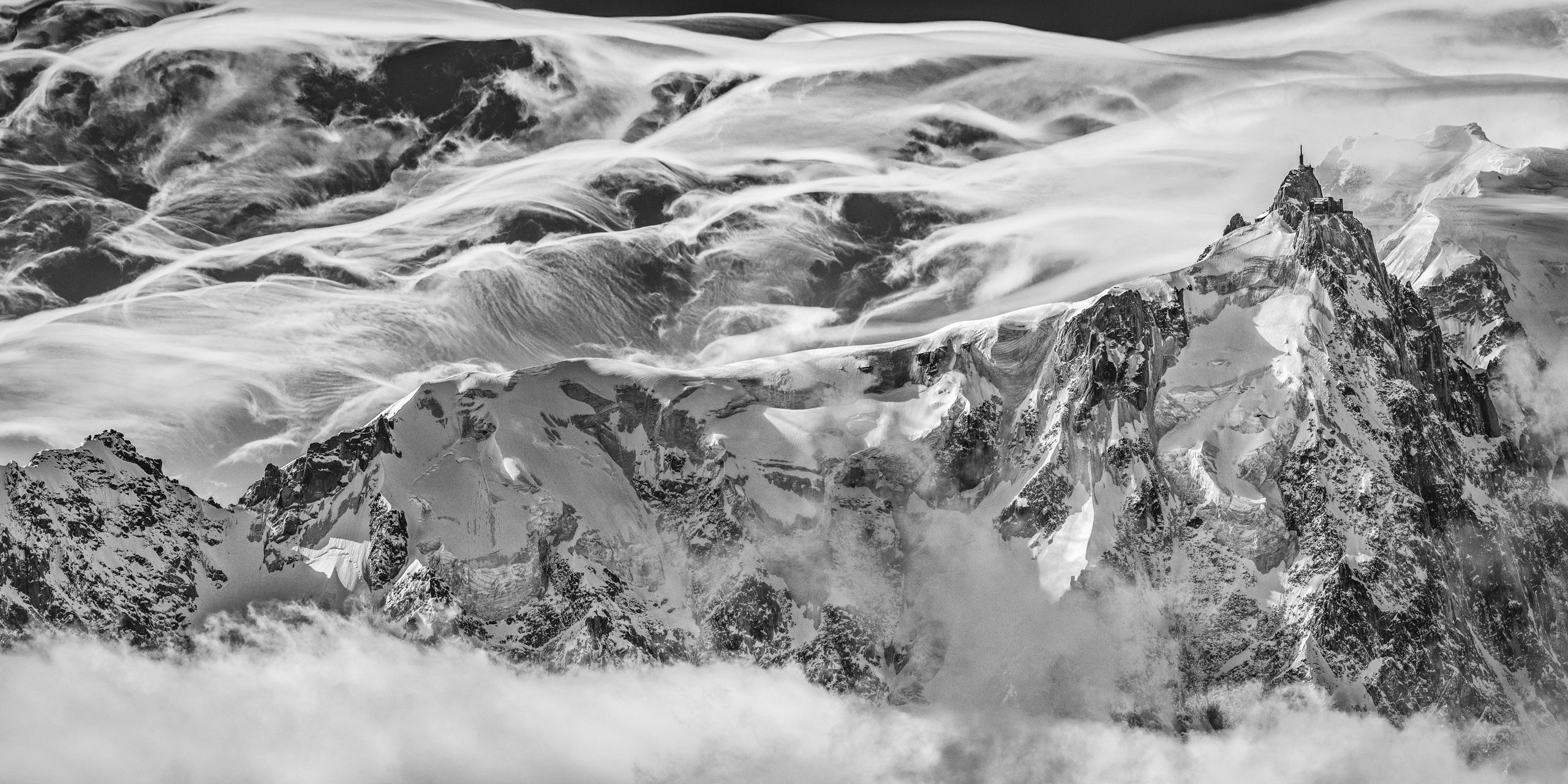 Chamonix - Panorama de montagne des massif rocheux et montagneux de l'Aiguille du Midi dans les nuages
