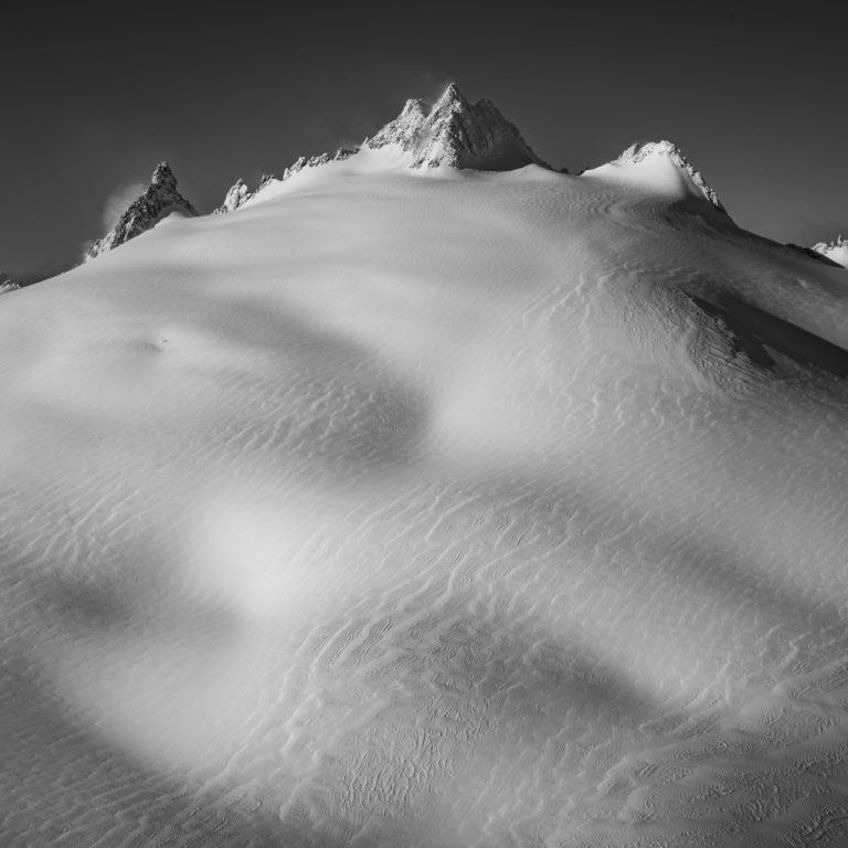 Aiguille du tour - image de montagne et de neige en noir et blanc dans le plateau de Trient