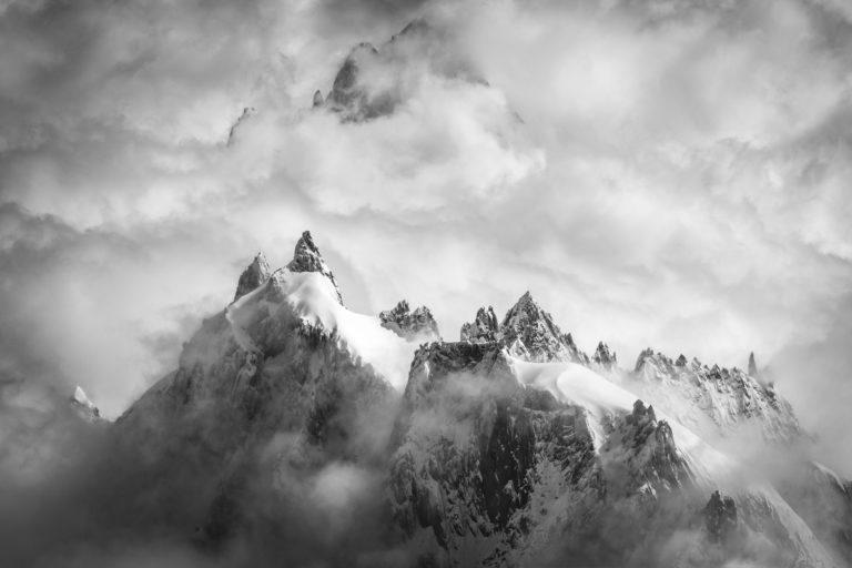 Aiguilles de chamonix - aiguilles de chamonix panorama dans une mer de nuages et de brume après une tempête en montagne