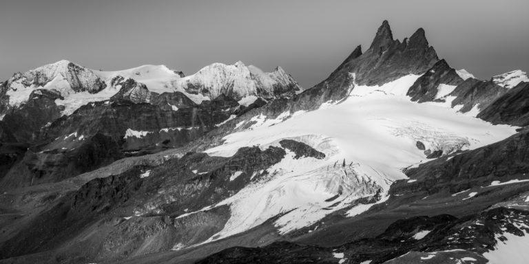 Vue panoramique des sommets de montagnes enneigés d'Arolla aiguilles rouges - Mont Blanc de Cheillon et la Ruinette
