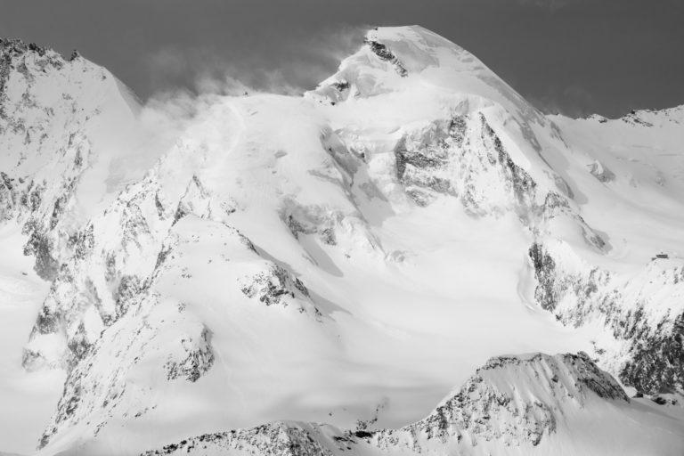 Allalinhorn, sommet des Alpes suisses en noir et blanc -