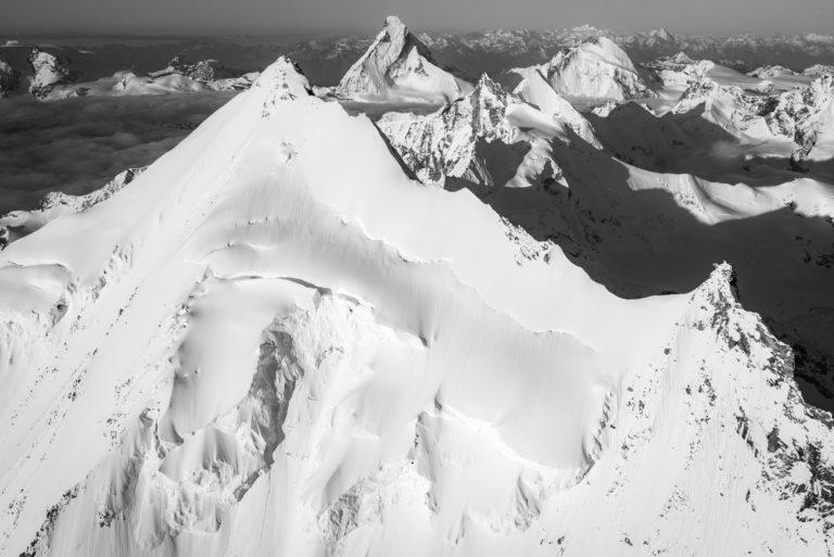 Image noir et blanc des sommets de montagnes enneigées de l'Arrête Nord du Weisshorn