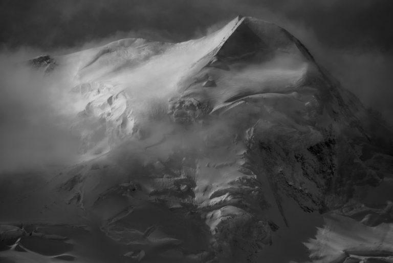 Tableau photo d'un paysage de montagne - Sommet du massif montagneux et du Castor à Zermatt dans une mer de brume et de nuage