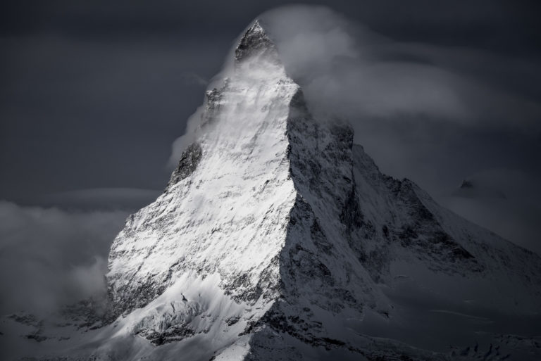 Mont cervin matterhorn - photo montagne dans une fumée de nuage sous les rayons du soleil