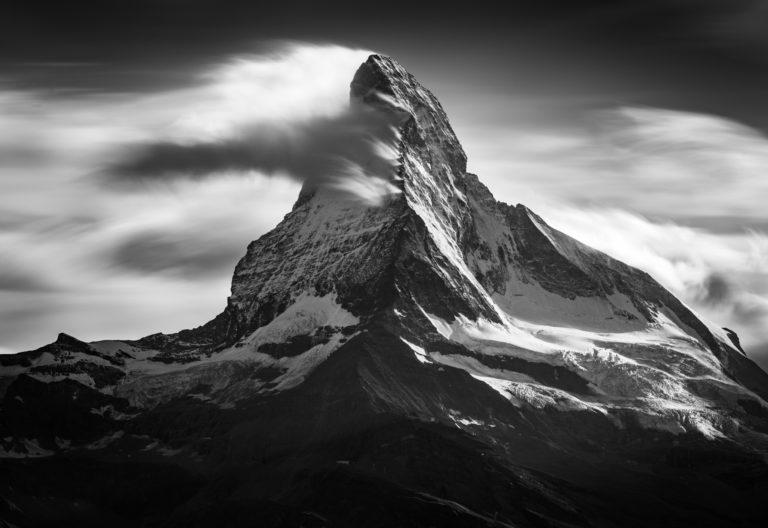 Image noir et blanc du Cervin depuis Sunnega - Image de la plus belle montagne des Alpes Valaisannes de Zermatt -