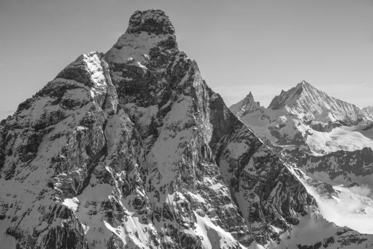 Cervin - Montagnes rocheuses noir et blanc en Suisse avec vue sur Zinalrothorn et le Weisshorn