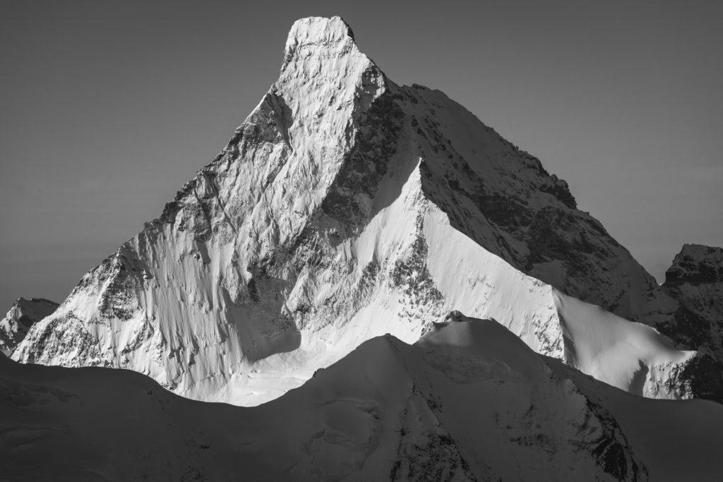 Le mont Cervin - image de montagne en neige et massif rocheux de montagne à Crans Montana dans les Alpes du Valais Suisse