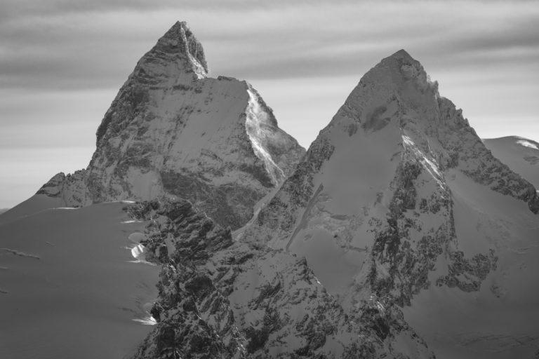 mont Cervin Zermatt - Image noir et blanc d'un pic de montagne suisse dans les Alpes