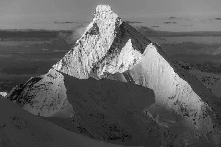Mont Cervin noir et blanc - Image de lumiere de montagne en noir et blanc