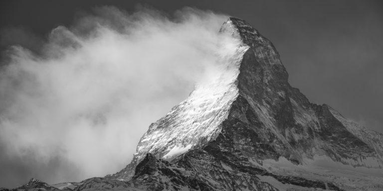 Panorama de montagne Mont Cervin dans la tempête et le vent des Alpes Valaisannes en Suisse