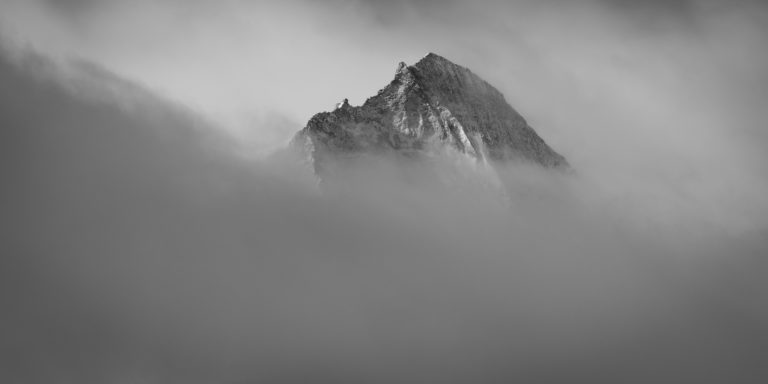 Val d hérens et dent d'Hérens - image de sommet de montagne noir et blanc dans les nuages