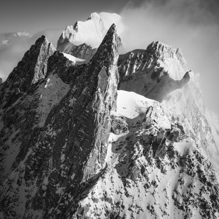 La Dent du Géant - photo massif mont blanc en noir et blanc et des sommets des Grandes Jorasses dans les Alpes