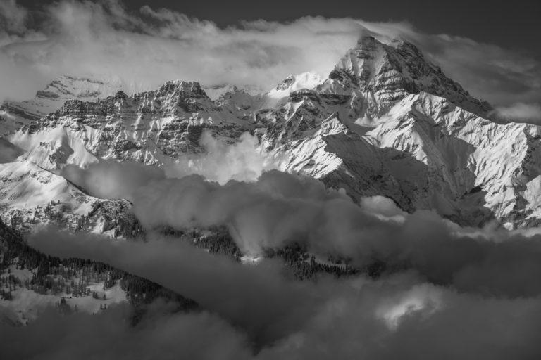 Vue panoramique des massif montagneux des Alpes et des dents du mid