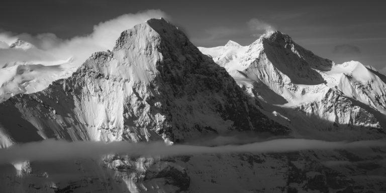 Eiger - Jungfrau - Grindelwald - Panorama d'un sommet de montagne noir et blanc en Suisse