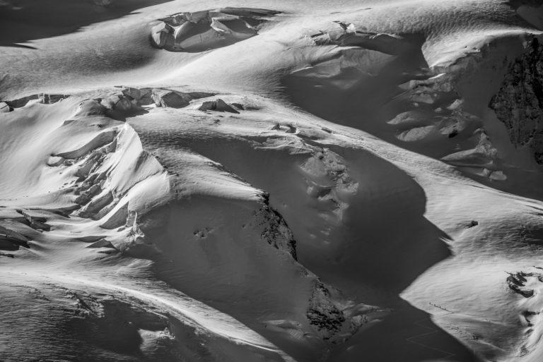 Photo alpinisme et d'alpinistes dans un glacier des alpes Valaisannes de Zermatt en noir et blanc - Pointe Dufour