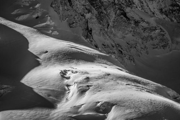 Photo d'alpinisme avec alpinistes dans un glacier des alpes Valaisannes de Zermatt en noir et blanc - Pointe Dufour