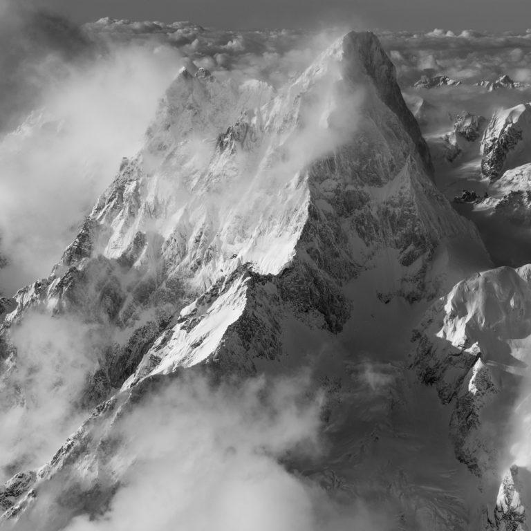 Grandes Jorasses - Photo aérienne de montagne noir et blanc prise en hélicoptère dans les Grandes Jorasses