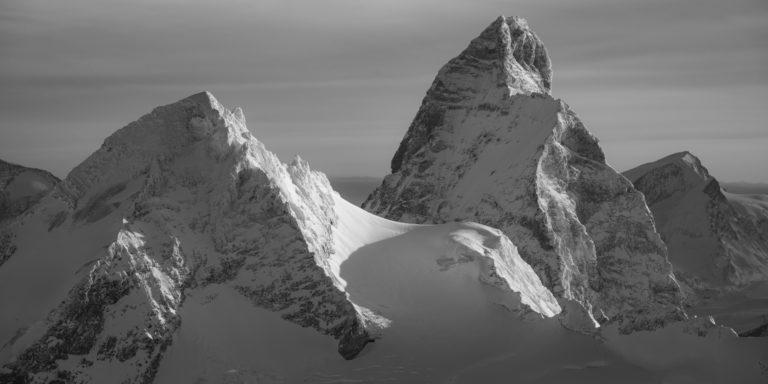 Vue panoramique d'un paysage de montagne suisse en noir et blanc Hérens - Cervin - Strahlhorn sous le soleil
