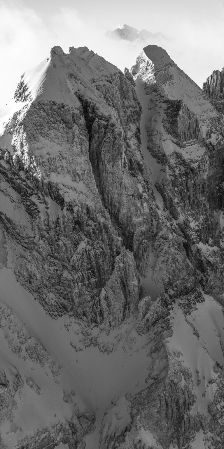 Photo haute montagne et sommets des Alpes - La Forteresse - La Cathédrale - Mont Blanc dans la brune et nuages