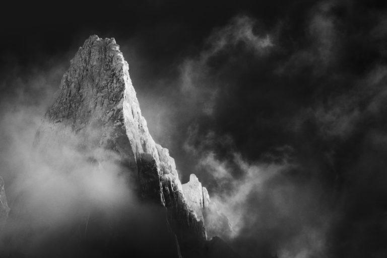 Mont Blanc Chamonix Photo - Image de neige en montagne - Sommet de montagne noir et blanc dans le brume et une mer de nuage
