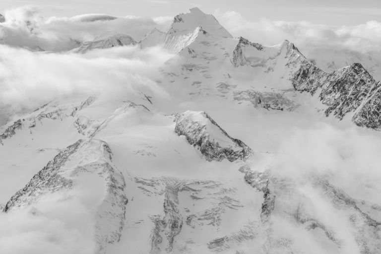 Massif des Mischabels - Photo noir et blanc des montagnes de Saas Fee et Crans Montana dans la vallée de l'Engadine