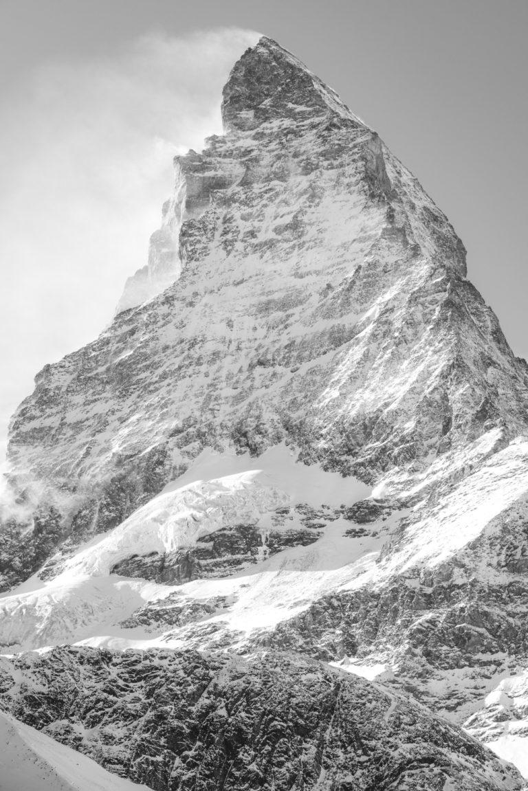Matterhorn - la plus belle montagne de Suisse dans le vent et les nuages des Alpes valaisannes