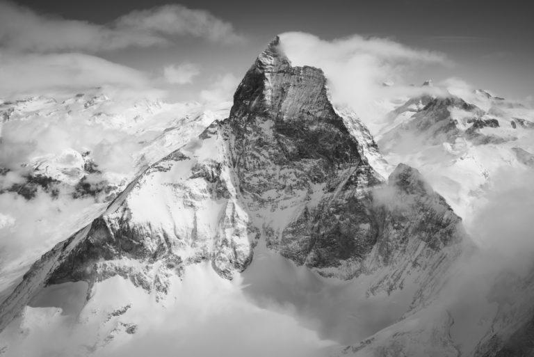 Matterhorn Mont Cervin noir et blanc - Sommet des Alpes Valaisannes suisses - Arête ouest dans les nuages