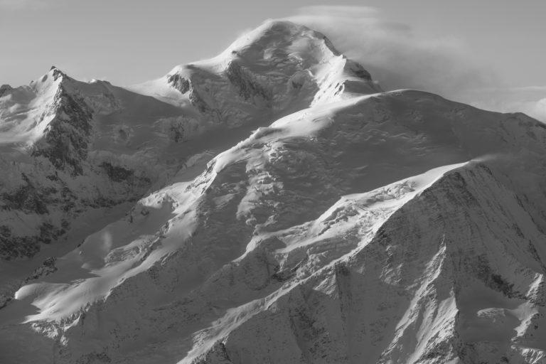 Sommet Mont Blanc - photo du mont blanc noir et blanc - Voie normale et du refuge des Grands Mullets après une tempête en montagne