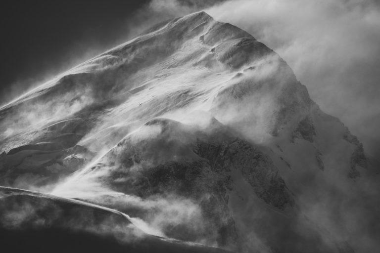 Sommet Mont Blanc - Image noir et blanc de la Voie normale et la voie du gouter après une tempête de neige en montagne