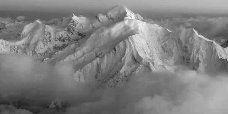 photo mont blanc noir et blanc - photo encadrée d'une panoramique de montagne en suisse