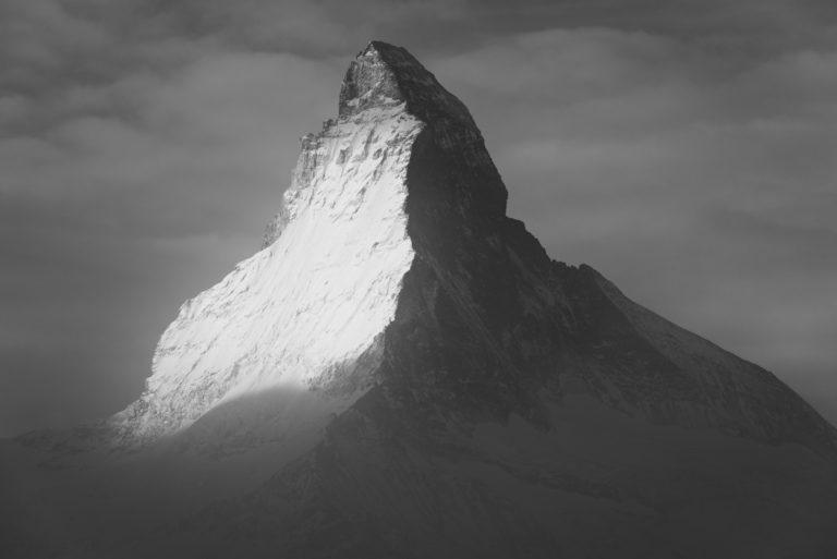 Mont Cervin - photos montagne neige noir et du sommet dans la brume