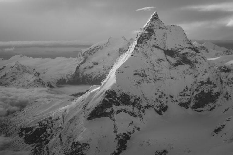 Mont Cervin - Sommet de montagne noir et blanc et nuage lenticulaire en Alpes Valaisannes Zermatt