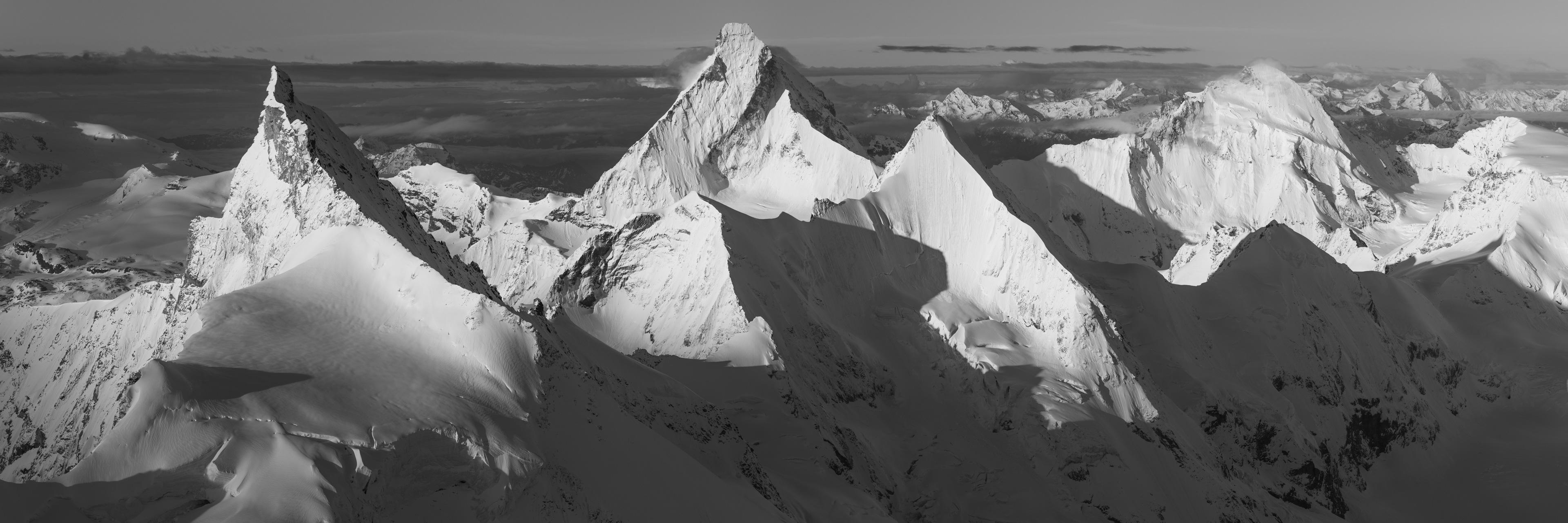 Photo panoramique noir et blanc de Zermatt et des alpes valaisannes
