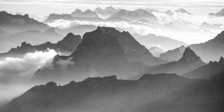 Photo panoramique à encadrer des Alpes Bernoises et du Muveran jusqu'à la Jungfrau. en noir et blanc