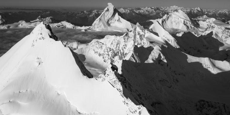 tableau photo panoramique noir et blanc des sommets de montagne des Alpes SUisses