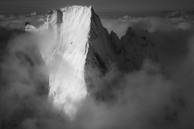Piz Badile Engadine noir et blanc - Mer de nuages en massif montagneux et sommets des Alpes Suisses d'Engadie enneigés