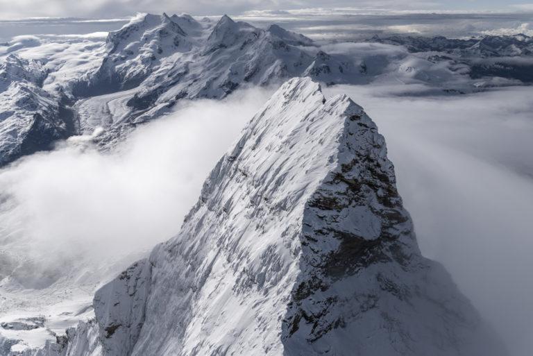 Sommet de montagne du Mont Cervin - Vue aérienne des Alpes Suisses depuis un hélicoptère