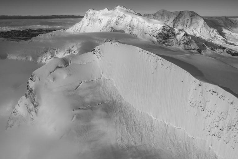 image de montagne de neige Strahlhorn Monte Rosa en noir et blanc