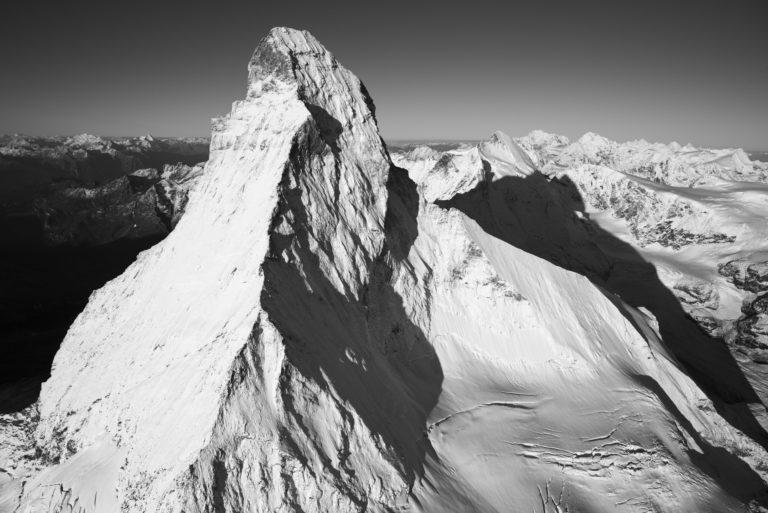 Le Cervin Matterhorn photos - Photo noir et blanc de montagnes enneigées au soleil
