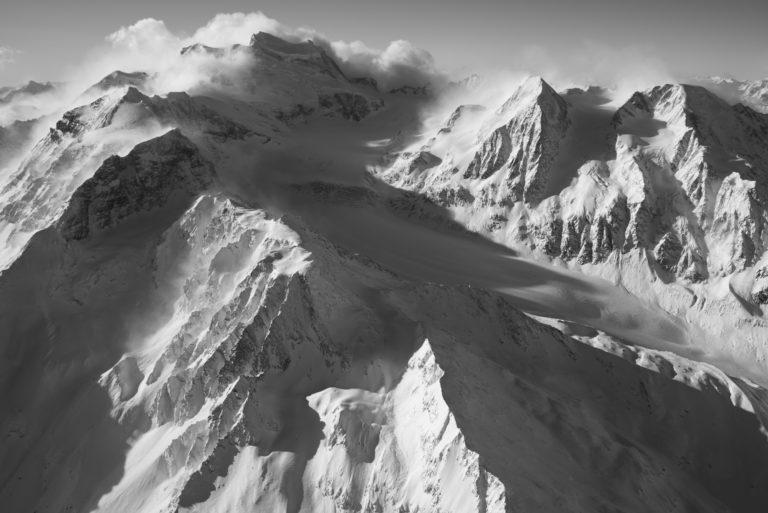 Vallée des Combins - image lever de soleil montagne etpaysage montagne noir et blanc - massif montagne des Alpes Suisses