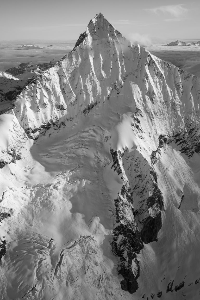 Les alpes valaisannes et le Weisshorn - massif des alpes suisses en noir et blanc