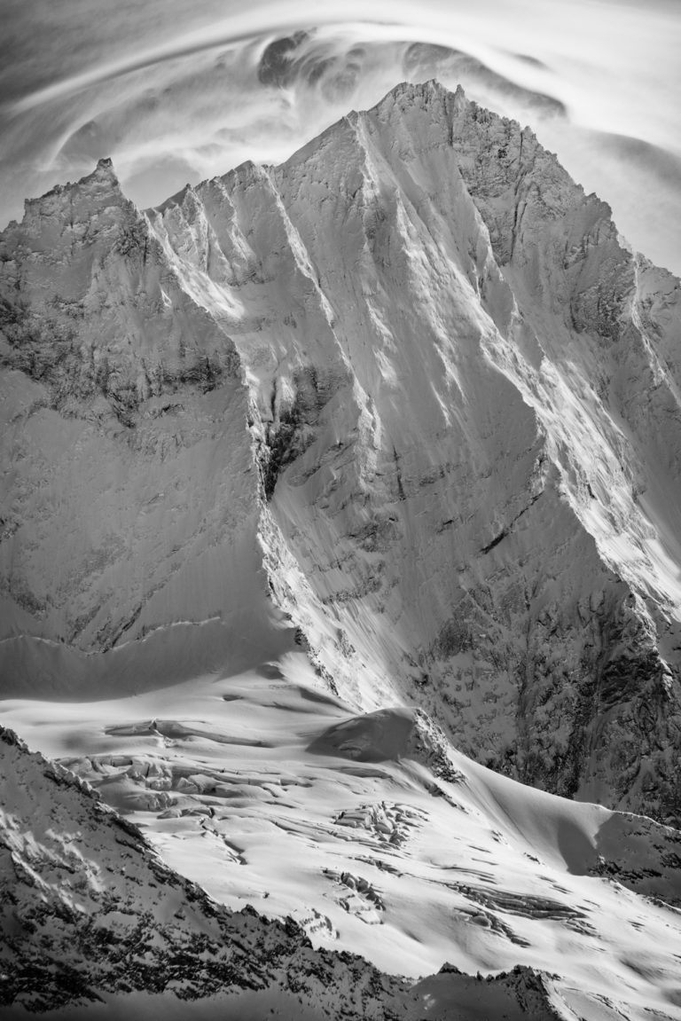 Image noir et blanc du sommet de montagne rocheuse du Weisshorn depuis Grimentz dans les Alpes Valaisannes
