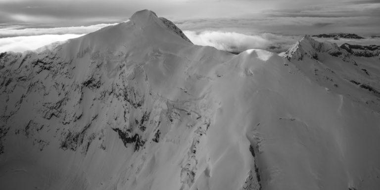 Mer de nuage noir et blanc - Photo montagne noir et blanc Weissmies Saas fee
