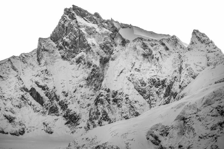 Zinalrothorn - Sommet des Alpes enneigé - engadine dans la Vallée de Zermatt en noir et blanc