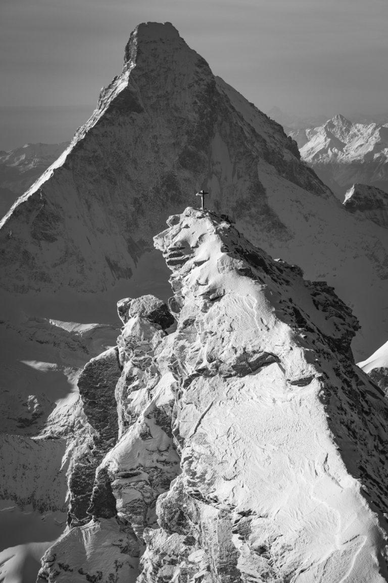 Zinalrothorn - Matterhorn - photo noir et blanc du sommet des Alpes et de montagne en automne avec Soleil
